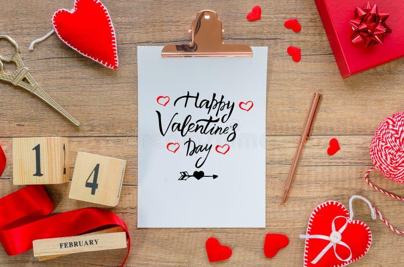 Carte de voeux plate de configuration Presse-papiers avec la Saint-Valentin heureuse des textes, coeurs rouges, corde, ruban, cal image libre de droits