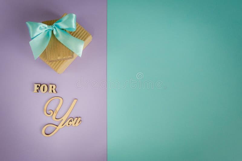 Carte de voeux pour vous sur un pourpre - fond en bon état avec des boîte-cadeau photos stock
