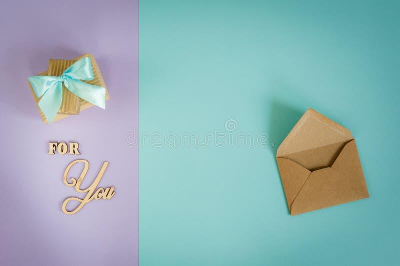 Carte de voeux pour vous sur un pourpre - fond en bon état avec les boîte-cadeau et l'enveloppe photos stock