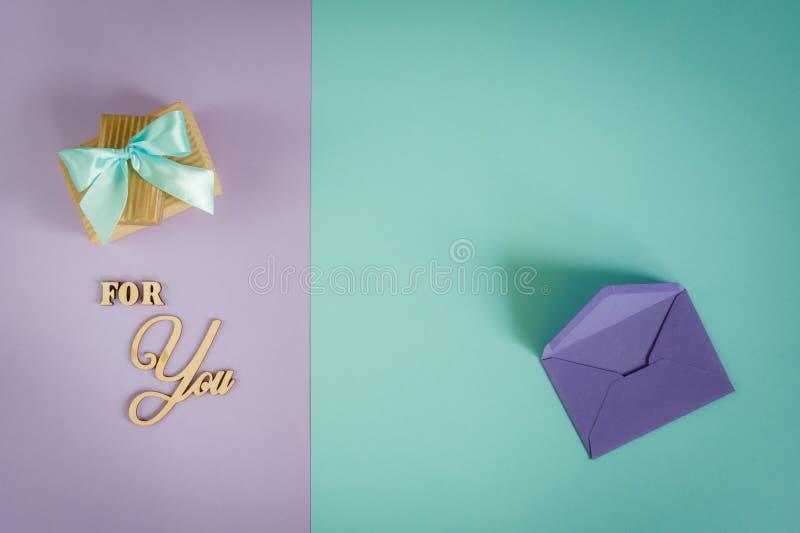 Carte de voeux pour vous sur un pourpre - fond en bon état avec les boîte-cadeau et l'enveloppe photographie stock libre de droits