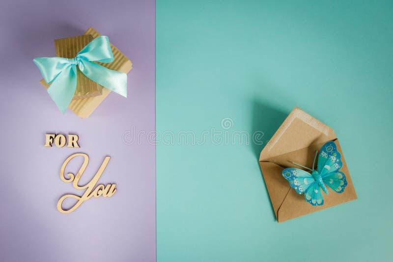 Carte de voeux pour vous sur un pourpre - fond en bon état avec les boîte-cadeau, l'enveloppe et le papillon images libres de droits