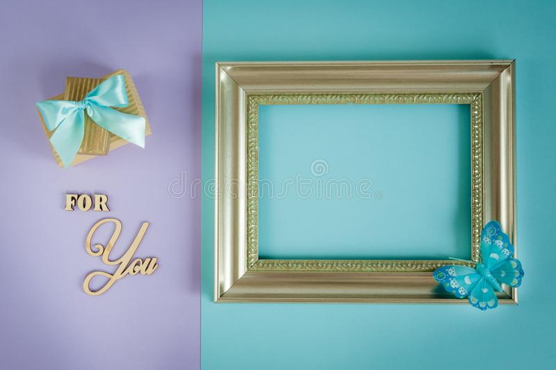 Carte de voeux pour vous sur un pourpre - fond en bon état avec les boîte-cadeau, le papillon et le cadre image stock