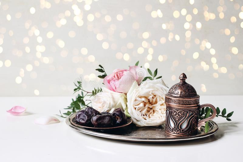 Carte de voeux de Ramadan Kareem, invitation D?ner d'Iftar Banni?re musulmane d'UL Adha d'Eid Plat avec des dates fruit, caf? en  image stock