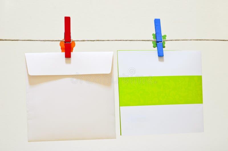 Carte de voeux rouge et bleue de fixation de pince à linge photo libre de droits
