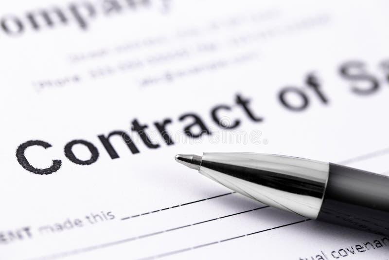 Carte del contratto e della penna fotografie stock