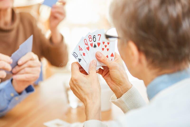 Carte del gioco degli anziani in un torneo immagini stock libere da diritti