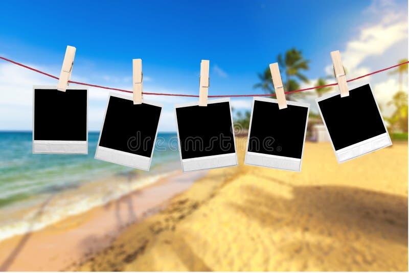 Carte della foto su una corda immagine stock