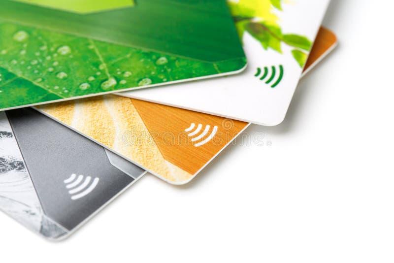 Carte di credito con il pagamento senza contatto Mucchio delle carte di credito su fondo isolato bianco fotografia stock libera da diritti