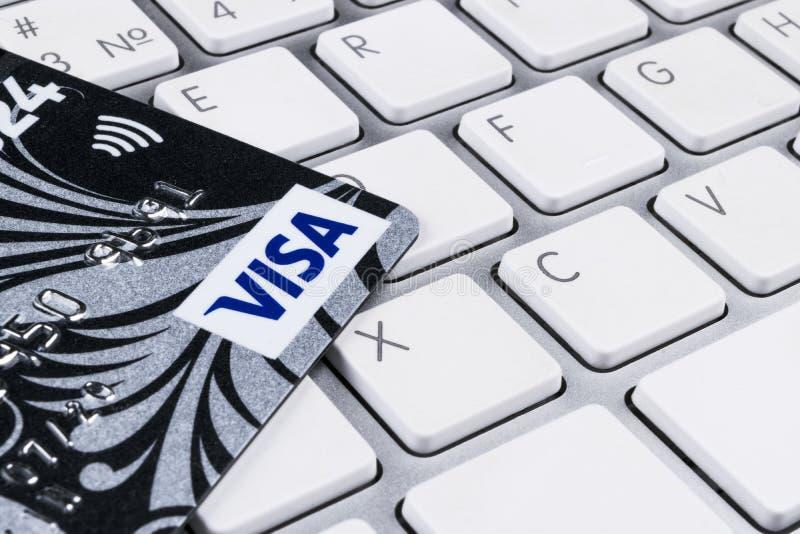 Carte di credito di VISTO sulla tastiera di computer in ufficio immagini stock