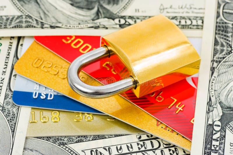 Carte di credito, soldi e serratura fotografie stock libere da diritti