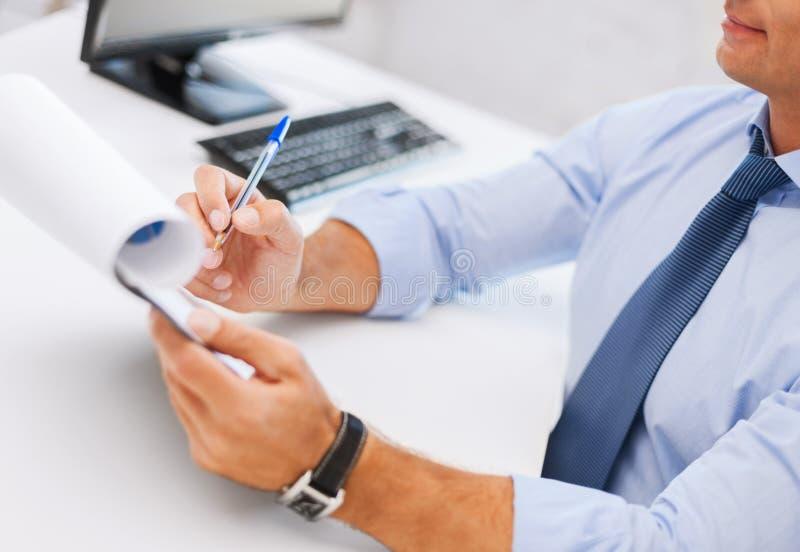 Carte di lavoro e di firma dell'uomo d'affari immagine stock libera da diritti