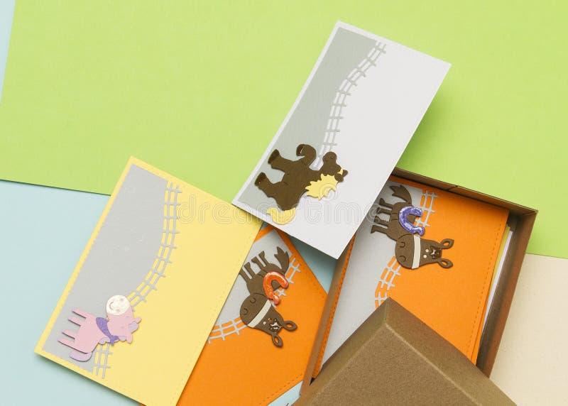 Carte di regalo con la decorazione del cavallo, fatta per i bambini fotografia stock libera da diritti