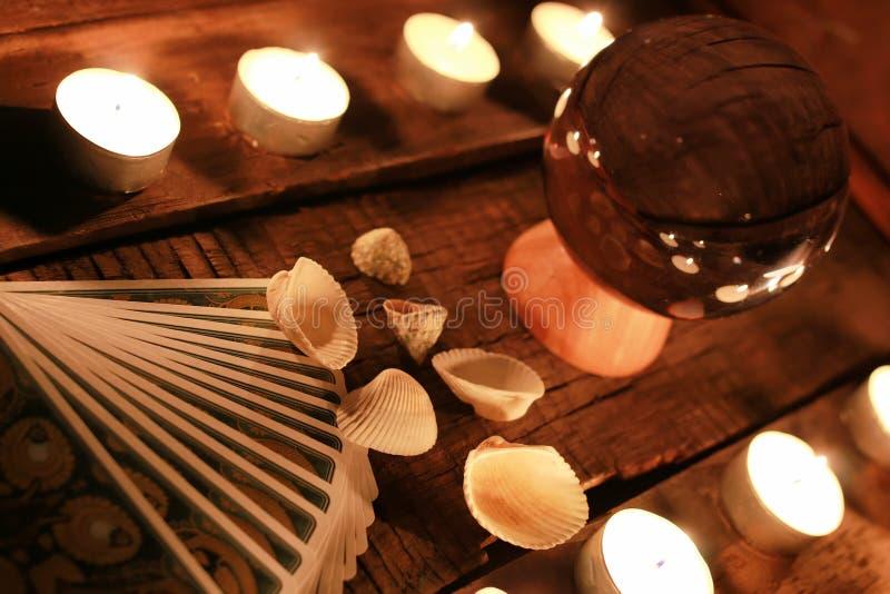 Carte di tarocchi di divinazione della candela fotografie stock libere da diritti