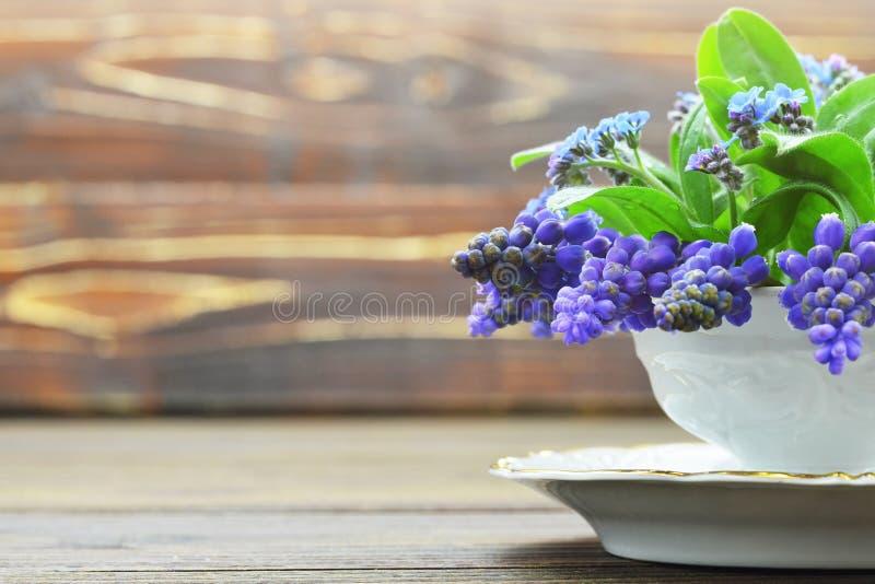 Carte du jour de mère Fleurs de ressort sur le fond en bois images stock
