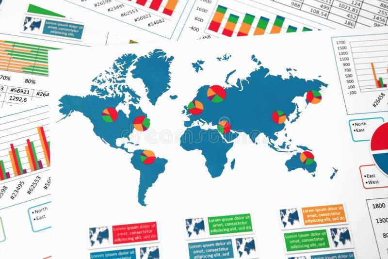 Carte du monde avec des diagrammes, des graphiques et des diagrammes photographie stock