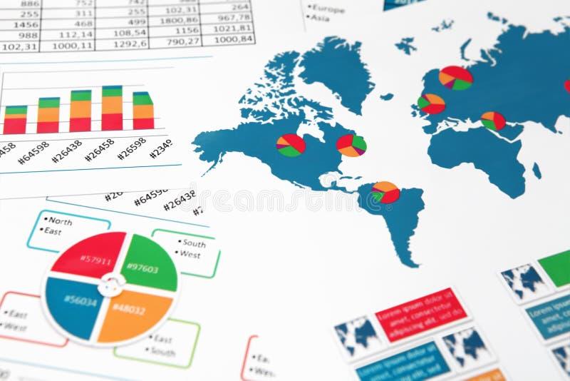 Carte du monde avec des diagrammes, des graphiques et des diagrammes photo libre de droits