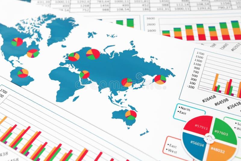 Carte du monde avec des diagrammes, des graphiques et des diagrammes image libre de droits