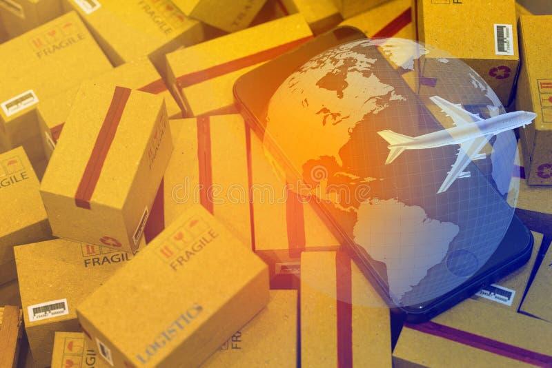 Carte du monde avec le téléphone portable sur la pile des boîtes en carton Concept image stock