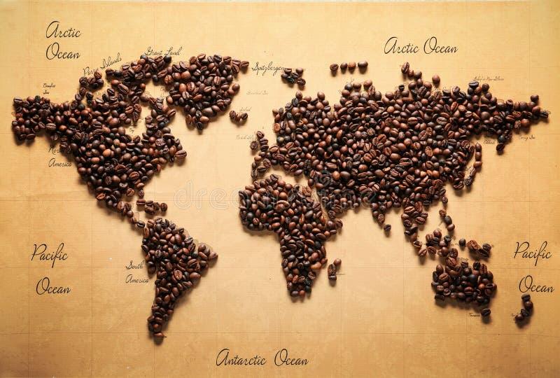 Carte du monde faite de grains de café rôtis, vue supérieure photo libre de droits