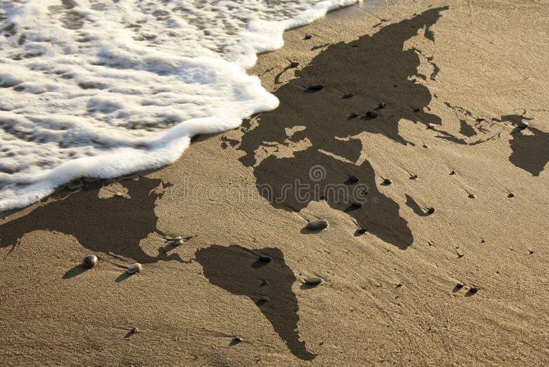 Carte du monde sur la plage photos stock