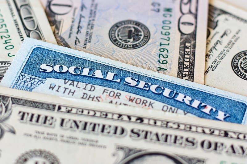 Carte e banconote in dollari di sicurezza sociale di U.S.A. fotografia stock