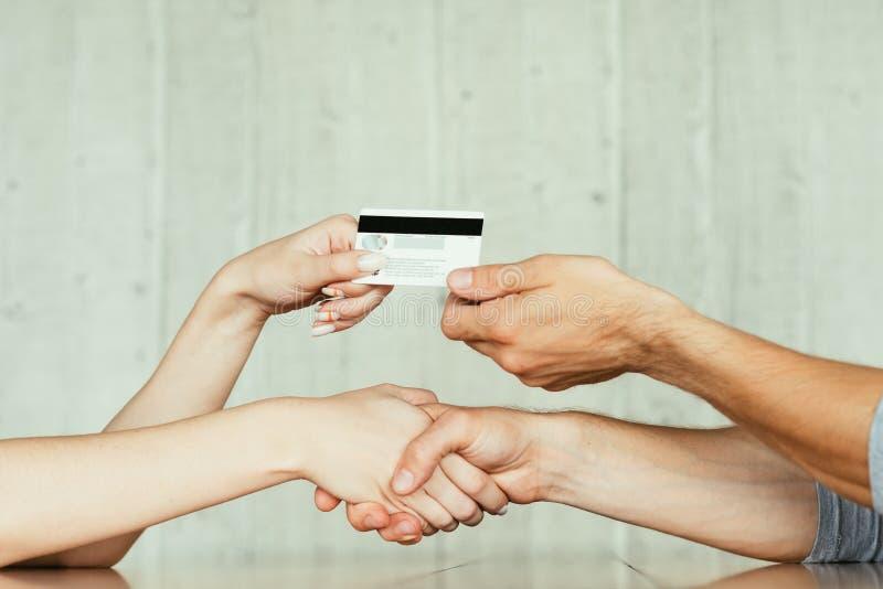 Carte en ligne de transfert d'affaire de poignée de main de prêt d'argent photographie stock libre de droits