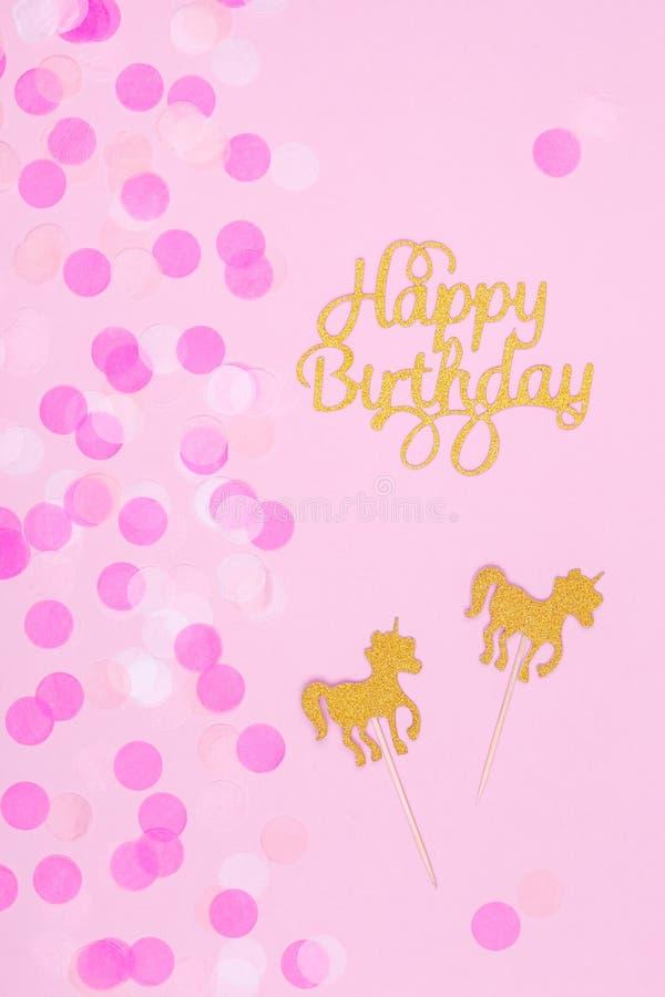 Carte en pastel créative de vacances d'imagination avec le petit gâteau, birthda heureux images libres de droits
