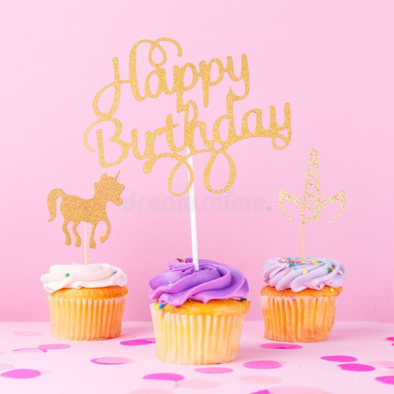 Carte en pastel créative de vacances d'imagination avec le petit gâteau, birthda heureux image libre de droits