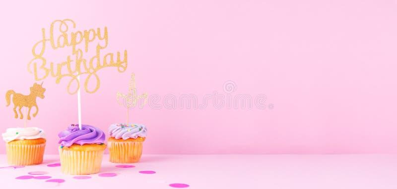 Carte en pastel créative de vacances d'imagination avec le petit gâteau, birthda heureux photos stock