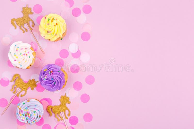 Carte en pastel créative de vacances d'imagination avec le petit gâteau, confettis et images libres de droits