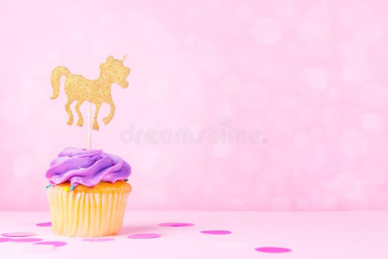 Carte en pastel créative de vacances d'imagination avec le petit gâteau, confettis et photo stock