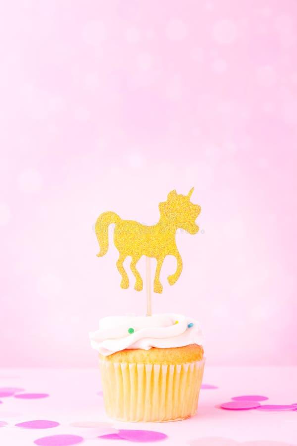 Carte en pastel créative de vacances d'imagination avec le petit gâteau, confettis et image libre de droits