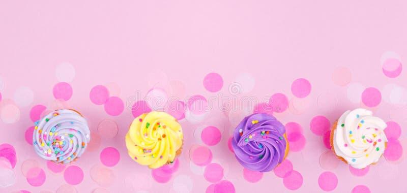 Carte en pastel créative de vacances d'imagination avec le petit gâteau et les confettis photos libres de droits