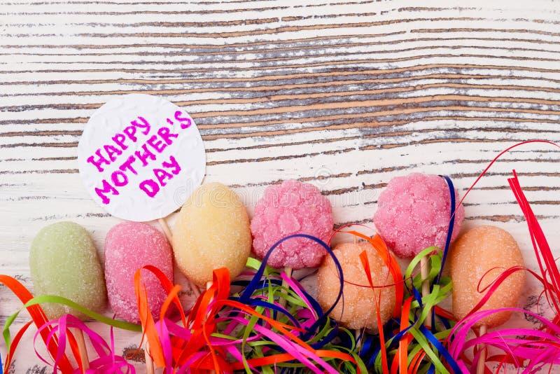 Carte et bonbons de jour du ` s de mère photos stock