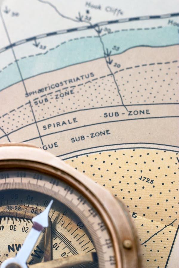 Carte et compas géologiques photo libre de droits