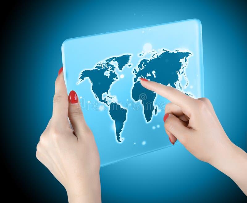 Carte et connexion du monde de contact de main de femme photographie stock libre de droits