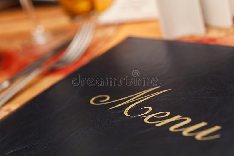 Carte et couverts sur un Tableau de restaurant photographie stock