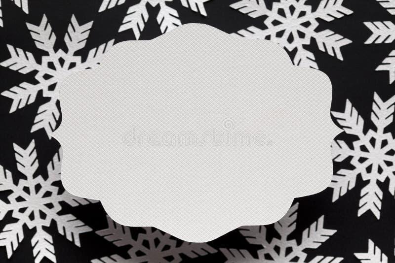 Carte et flocons de neige de papier blanc à l'arrière-plan images stock