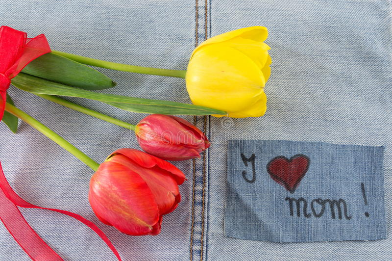 Carte heureuse de jour de mères avec des fleurs photographie stock