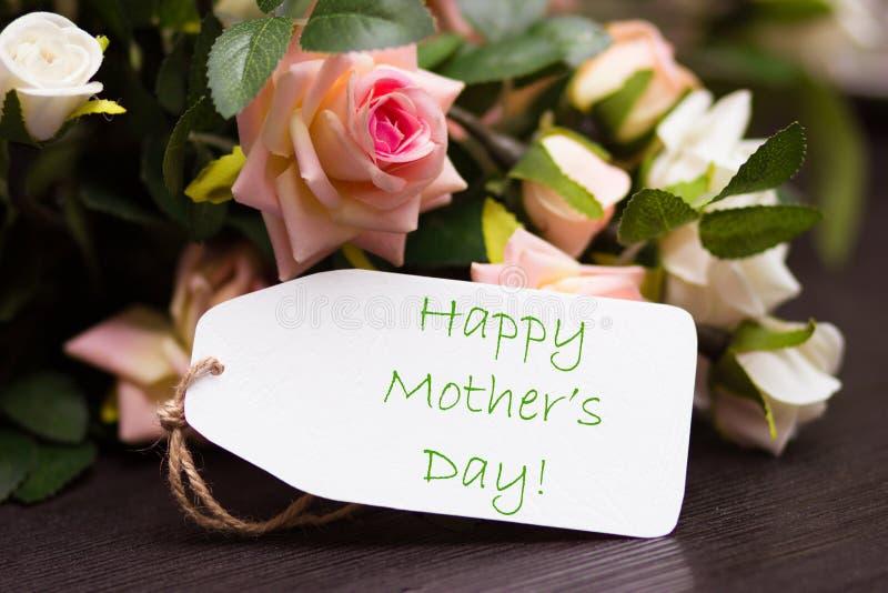 Carte heureuse de jour de mères avec les roses rustiques sur le conseil en bois image stock