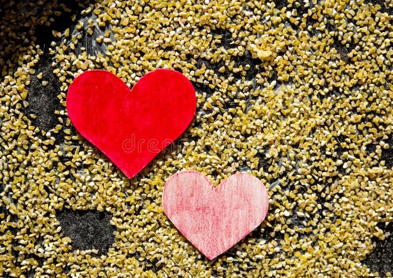 Carte heureuse de Saint-Valentin faite main sur le fond des poussières abrasives de maïs photo stock