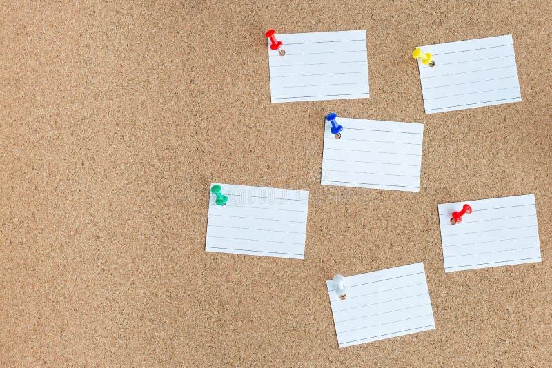 Carte mémoire de liège avec les morceaux vides goupillés de notes de papier, babillards, horizontaux, l'espace de copie photos libres de droits