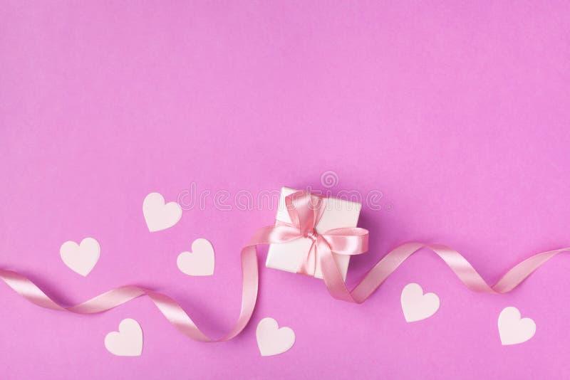 Carte ou bannière de jour de Valentine ou de femme Cadeau ou vue supérieure actuelle de coeur de boîte et de rose Configuration p photo libre de droits