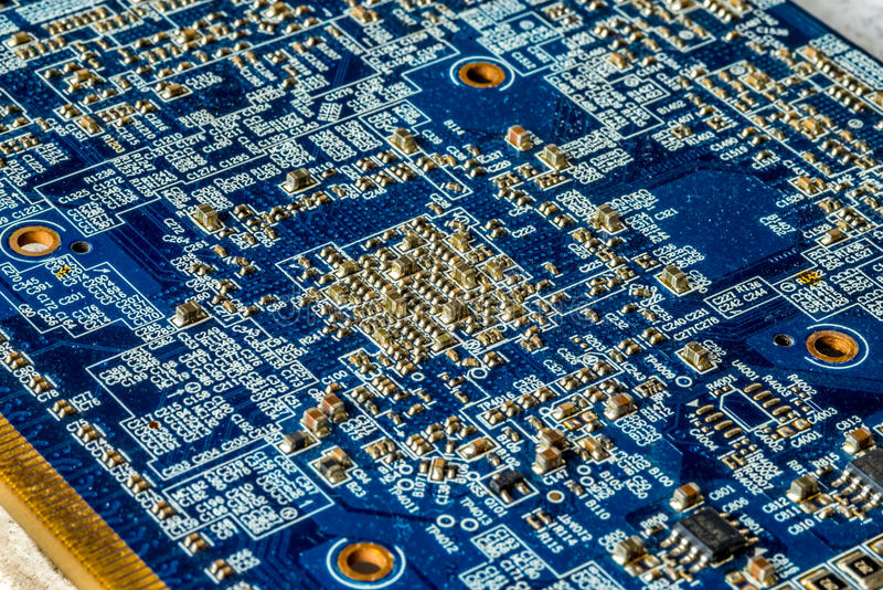 Carte PCB bleue de carte avec beaucoup de composantes électroniques microscopiques photographie stock