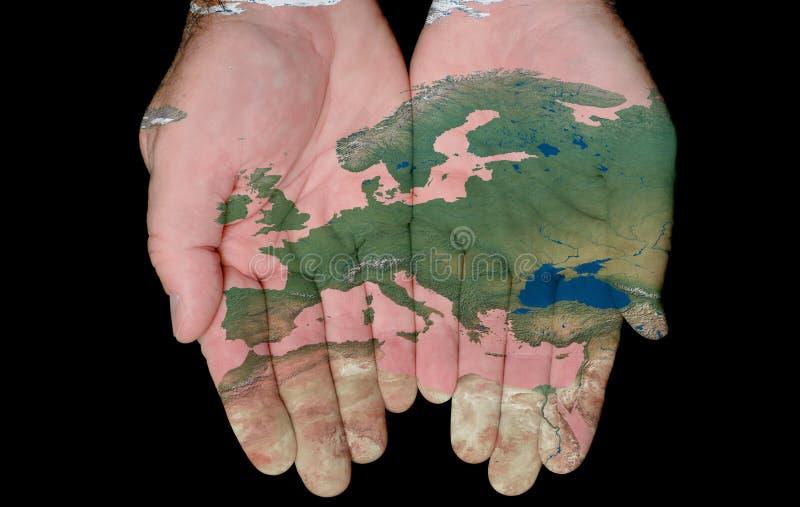 Carte peinte de l'Europe dans des nos mains photographie stock