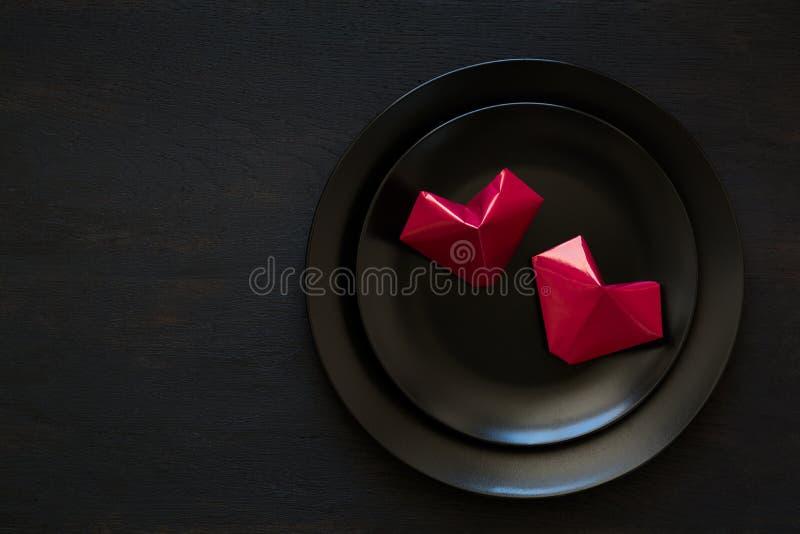 Carte piegate a forma di cuore del ` s del biglietto di S. Valentino immagini stock libere da diritti