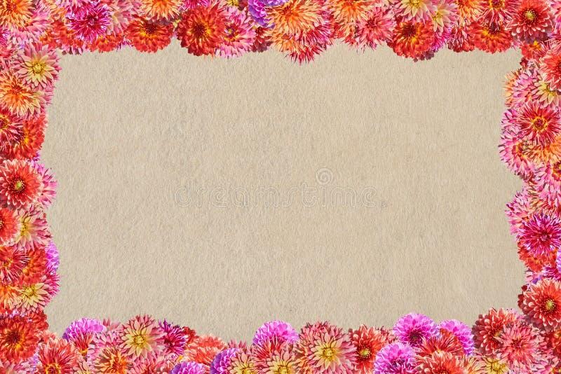 Carte postale avec un cadre des fleurs sur un fond de fi synthétique photo libre de droits