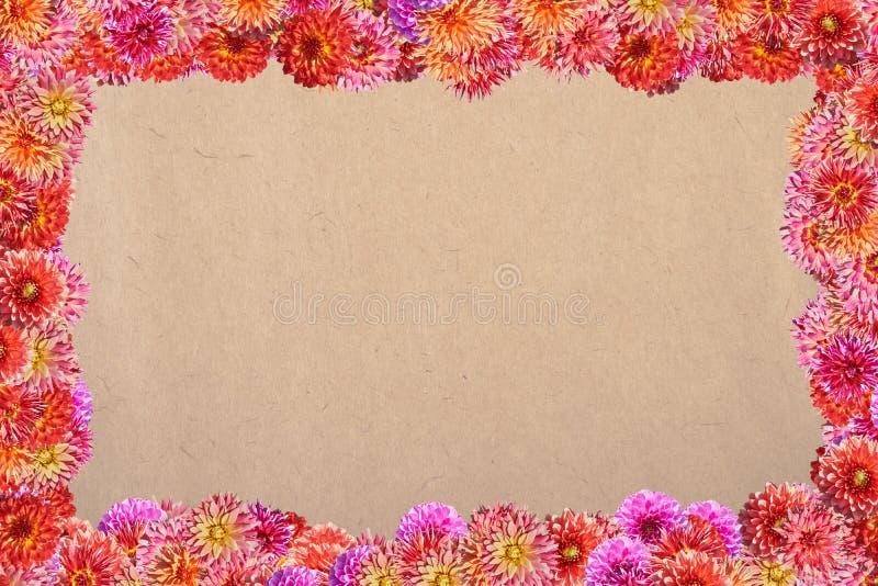 Carte postale avec un cadre des fleurs sur un fond de papier pour la PA images stock