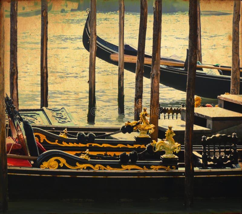 Carte postale de cru des gondoles au canal de Venise images libres de droits