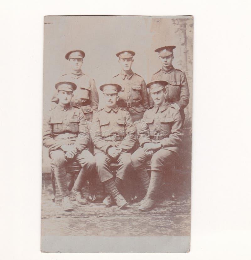 Carte postale noire et blanche de photo de cru des hommes dans l'uniforme 1916 d'armée - régiment possbile de réservoir ? image libre de droits